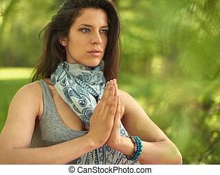 jasny, kobieta, practicing, uważający, mindfulness, natura, medytacja, zachód słońca, spokojny, świadomość