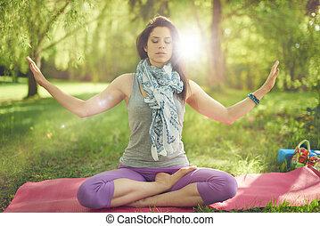 jasny, kobieta, practicing, uważający, natura, słońce, medytacja, flare., spokojny, świadomość