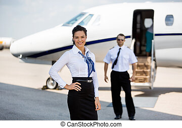 jato, privado, terminal, confiante, fundo, stewardesses, retrato, sorrindo, piloto