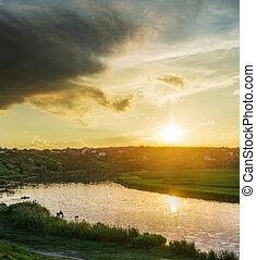 jaune, coucher soleil dans nuages, sur, rivière