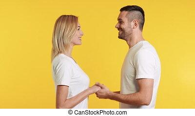 jaune, couple, sur, tenue, fond, amour, mains, jeune