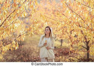 jaune, feuilles automne, chandail, fond blanc, femme, chaud, arbres