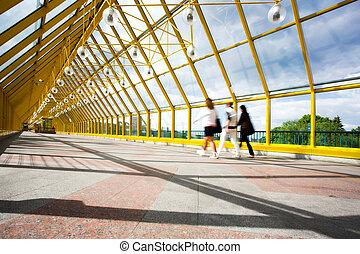 jaune, gens, sphères, couloir