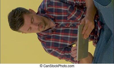 jaune, jeune, fonctionnement, tablette, homme, gros plan, arrière-plan., intelligent