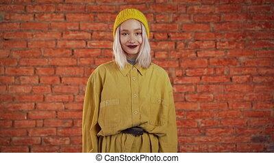 jaune, look., mur, arrière-plan., bouclé, briques, jeune,...