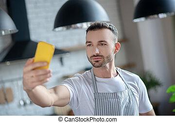 jaune, smartphone, homme, sien, main., jeune
