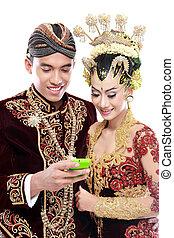java, beweeglijk, paar, traditionele , telefoon, trouwfeest, vrolijke