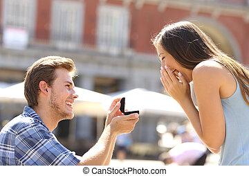 javaslat, alatt, a, utca, ember, kérdezés, házasodik, fordíts, övé, barátnő