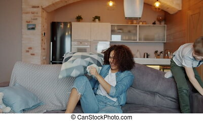 jeûne, maison, mouvement, baby-sitter, gosses, avoir, battement, oreillers, fatigué, vilain, amusement