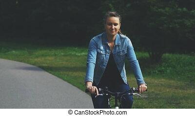 jeżdżenie, ładny, kobieta, rower, park.