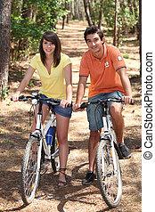 jeżdżenie, para, rowery, młody, las
