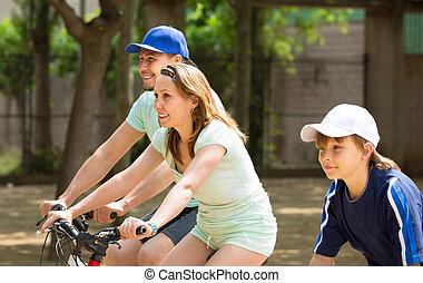 jeżdżenie, park, żona, syn, bicycles, mąż