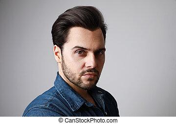 jean, shirt., haut., portrait, fin, prise vue., fond, debout, gris, sur, copy-space., homme, 30-year-old, studio