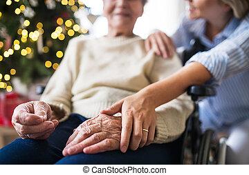 jeden, představený eny, do, židle na kolečkách, s, jeden, pečovatelka, doma, v, vánoce, time.