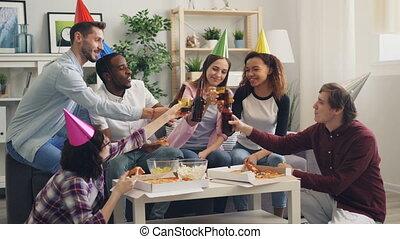 jedzenie, ludzie, młody, razem, świętując, urodziny, dom, ...