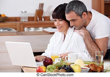 jedzenie, para, internet, razem, podczas gdy, czytanie dla przyjemności, śniadanie