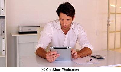 jego, biurko, używając, biznesmen, pastylka pc