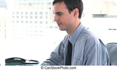 jego, biurko, znowu, patrząc, aparat fotograficzny, ...