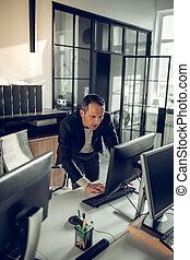 jego, ciemnowłosy, kontrola e-poczta, komputer, dojrzały, biznesmen
