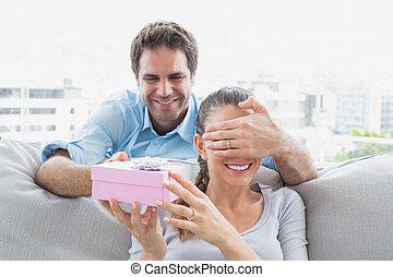 jego, dar, sofa, sympatia, człowiek, zaskakujący, różowy