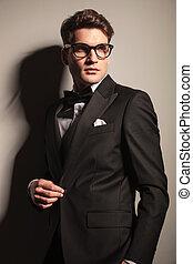 jego, handlowy, jacket., młody, elegancki, rozpinając, człowiek