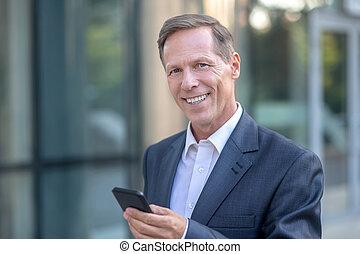 jego, kontrola, biznesmen, uśmiechanie się, dojrzały, zewnątrz, telefon