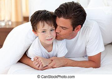 jego, leżący, ojciec, całowanie, syn, łóżko