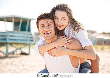 jego, młody, radosny, piggybacking, sympatia, plaża, człowiek