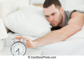 jego, od, zegar, alarm, zmęczony, chłoszcząc, człowiek