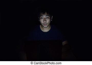 jego, pokój, pokaz, laptop, twarz, ciemny, czarnoskóry, coś, używając, niespodzianka, człowiek, asian