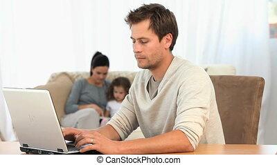 jego, rodzina, pracujący, sofa, laptop, znowu, człowiek