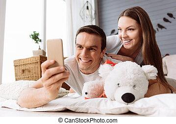 jego, smartphone, używając, przystojny, radosny, człowiek