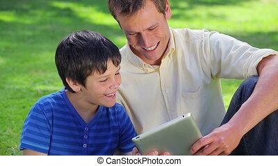 jego, używając, uśmiechanie się, tabliczka, człowiek, syn, pc