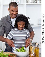jego, warzywa, cięty, uśmiechanie się, ojciec, syn, porcja