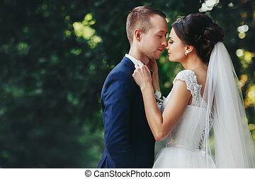 jego, zawiera, łuk, panna młoda, groom's, nachylenie, krawat, twarz