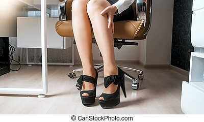 jej, biuro, posiedzenie, kobieta interesu, wizerunek, młody, closeup, nogi krzesła, masowanie