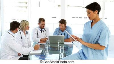 jej, chirurg, używając, tabliczka, zamyślony