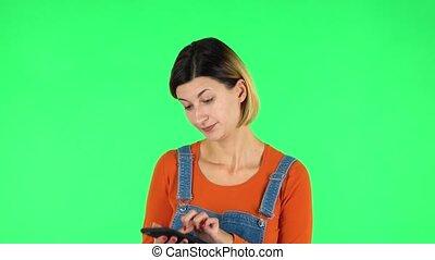 jej, głoska., dziewczyna, texting, ekran, gniewnie, zielony