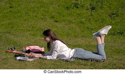 jej, laptop, park, młody, znowu, student, używając, trawa, bok, leżący, prospekt