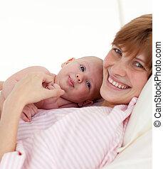 jej, macierz, niemowlę, obejmowanie, nowo narodzony