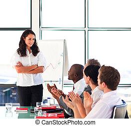 jej, prezentacja, koledzy, kobieta interesu, interacting, brunetka