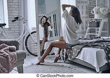 jej, siła robocza, posiedzenie, tylny, kobieta, interpretacja, dom, pociągający, włosy, prospekt, patrząc, łóżko, znowu, lustro, keeping, hair., młody