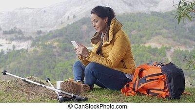 jej, wycieczkowicz, telefon, samica, używając, uśmiechanie się