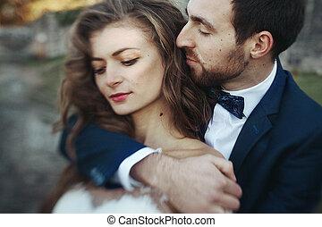 jelentékeny, érzéki, lovász, ölelgetés, newlywed, menyasszony, from mögött, -ban, öreg, bástya, erkély, closeup