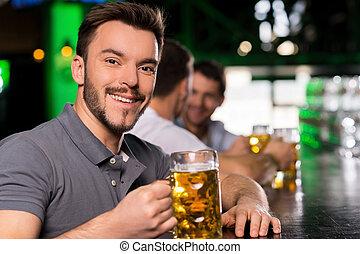 jelentékeny, bár, fiatal, sör, ivás, ember, mosolygós, bar.