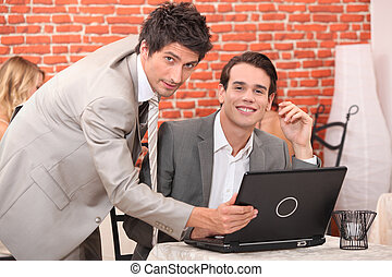 jelentékeny, fiatal férfiak, munka at, egy, laptop