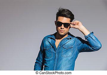 jelentékeny, fiatalember, fárasztó, egy, cajgvászon ing, fog, övé, napszemüveg