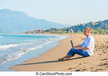 jelentékeny, fiatalember, noha, egy, laptop, ül tengerpart