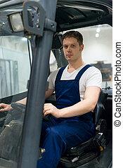 jelentékeny, forklift gépkezelő, dolgozó, alatt, a, warehouse.