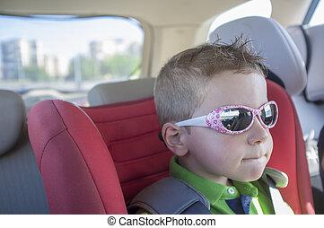 jelentékeny, gyermekek fiú, kifáraszt sunglasses, belső, a, autó